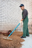 Planieren den Boden, bevor Pflastersteine gelegt werden Lizenzfreie Stockfotos