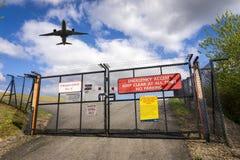 Planieren Sie über Tore von Manchester-Flughafen, England Stockbilder