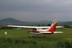 Planieren Sie am Flugplatz Yutsa im regnerischen Wetter Lizenzfreies Stockbild