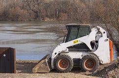 Planierraupe auf der Schutzverdammung im Bau lizenzfreies stockfoto