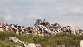 Planierraupe auf Müllgrube stock footage