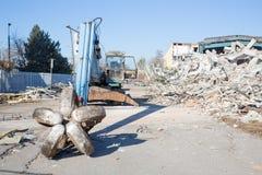 Planierraupe, die das Gebäude zerquetscht Stockfotos
