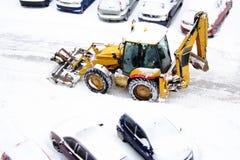 Planierraupe, die den Schnee schaufelt lizenzfreies stockbild