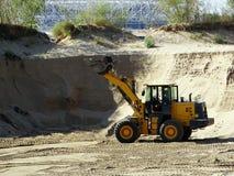 Planierraupe, die in einem Sandsteinbruch arbeitet Lizenzfreie Stockfotografie