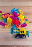Planierraupe mit buntem Blockspielzeug Lizenzfreies Stockbild