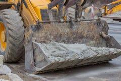 Planierraupe mit voll des Sandes in einem Frontlader 2 Lizenzfreies Stockbild