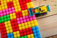 Planierraupe vereinbaren buntes Blockspielzeug Lizenzfreie Stockfotografie