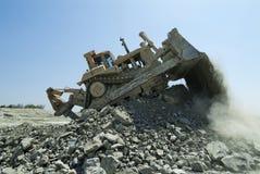 Planierraupen-Bulldozer-Maschinen-weltbewegendes Fahrzeug in der Aktion lizenzfreies stockfoto