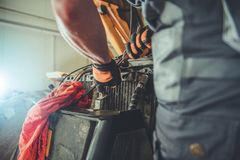 Planierraupen-Reparatur in einem Service stockbilder
