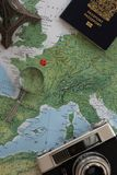 Planificación de un viaje a Francia en un mapa del mundo imagenes de archivo