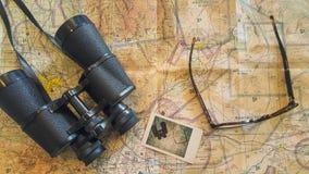 Planificación de un viaje impresionante con un mapa, los vidrios y los prismáticos fotografía de archivo libre de regalías
