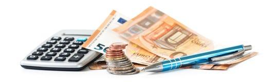 Planificación financiera con las monedas y los billetes de banco del euro, una calculadora a Fotos de archivo libres de regalías
