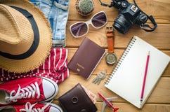 Planificación para la ropa y los accesorios del viaje en el piso de madera Fotos de archivo libres de regalías