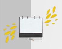 Planificador abierto del día con los pétalos y el lápiz amarillos, pluma en fondo gris Endecha plana Espacio de trabajo con la ho Imágenes de archivo libres de regalías