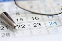 Planificador del calendario en el encargado del lugar de trabajo foto de archivo libre de regalías
