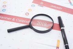 Planificador del calendario del negocio que encuentra 2018 en oficina del escritorio Imagen de archivo libre de regalías
