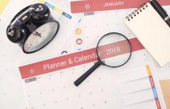 Planificador del calendario del negocio que encuentra 2018 en oficina del escritorio imagenes de archivo