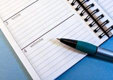 Planificador del día con la pluma Fotografía de archivo