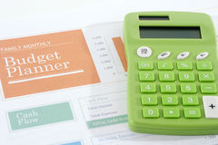 Planificador del presupuesto con la calculadora verde Fotografía de archivo libre de regalías