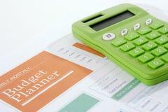 Planificador del presupuesto con la calculadora verde Imágenes de archivo libres de regalías