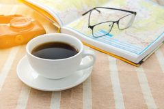 Planificador del viaje con un café Imagen de archivo libre de regalías
