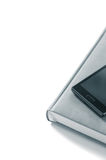 Planificateur avec le téléphone sur un fond blanc isolat Photographie stock libre de droits