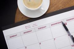 Planificateur de calendrier de bureau sur la table basse photographie stock
