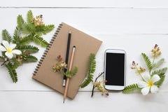 Planificateur de carnet, téléphone portable pour le travail d'affaires avec la fleur photo libre de droits
