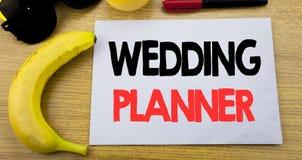 Planificateur de mariage Concept d'affaires pour la préparation de mariage écrite sur le papier vide de note collante, fond en bo Photo libre de droits