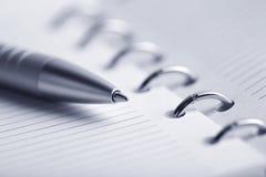 Planificateur et crayon lecteur blanc image stock