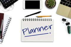 Planificateur sur le bloc-notes - bureau blanc avec le smartphone avec le blac Images stock