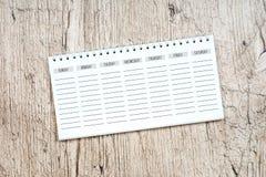 Planificateur vide de semaine sur la table en bois blanche Images libres de droits