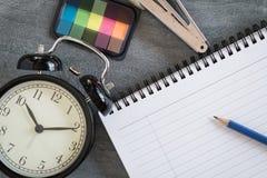 Planification à temps avec le livre pour le travail photographie stock