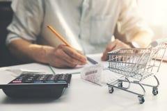 Planification de budget de famille - homme comptant et vérifiant des dépenses quotidiennes de ménage images stock