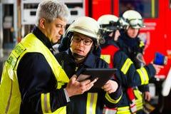 Planification de déploiement des sapeurs-pompiers sur l'ordinateur photographie stock libre de droits