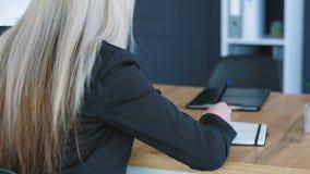 Planification de journal intime d'?criture de backview de femme d'affaires banque de vidéos