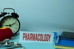 Planification de pharmacologie sur le fond du Tableau de fonctionnement avec des fournitures de bureau Planification m?dicale et  images libres de droits