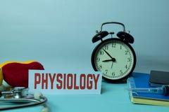 Planification de physiologie sur le fond du Tableau de fonctionnement avec des fournitures de bureau photo libre de droits