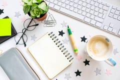 Planification de vacances Célébrez l'anniversaire Journal intime et drapeaux triangulaires Vue de ci-avant espace de travail d'un Photos libres de droits