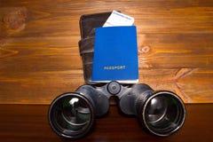 Planification de voyage - passeport, carte d'embarquement et jumelles Photo stock
