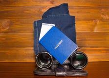 Planification de voyage - passeport, carte d'embarquement et jumelles Image libre de droits