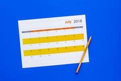 planification Dirigez la date dans le calendrier par le crayon Fixez le but Choisissez la date Calendrier sur la vue supérieure d photo libre de droits