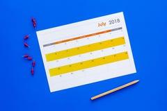 planification Dirigez la date dans le calendrier par la punaise Fixez le but Choisissez la date Calendrier sur la vue supérieure  photos libres de droits