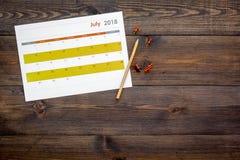 planification Dirigez la date dans le calendrier par la punaise Fixez le but Choisissez la date Calendrier sur la vue supérieure  photo stock