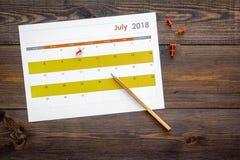 planification Dirigez la date dans le calendrier par la punaise Fixez le but Choisissez la date Calendrier sur la vue supérieure  photographie stock libre de droits