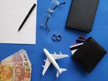 planification du voyage de lune de miel, des anneaux, des lunettes, des billets de banque brésiliens, des passeports, des cartes  photos stock