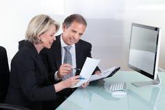 Planification mûre d'homme d'affaires et de femme d'affaires Photos stock