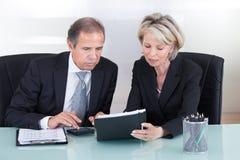 Planification mûre d'homme d'affaires et de femme d'affaires Image stock