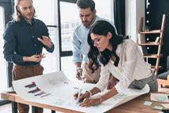 Planistyczna nowa strategia biznesowa Grupa młody ufny biznes zdjęcie stock