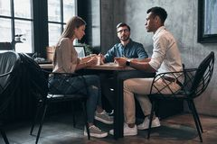 Planistyczna nowa strategia biznesowa Grupa młodzi ufni ludzie obrazy stock